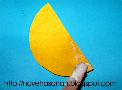 langkah selanjutnya dalam membuat roket kertas adalah dengan membentuk kerucut untuk bagian depan atau kepala roket. caranya tambahkan lem.