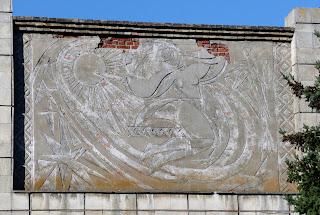 Межевая. Заброшенный дом культуры комбината хлебопродуктов. Изображение хлебодарок на фасаде клуба