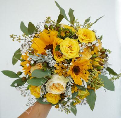 menyasszonyi csokor, esküvői csokor nap sárga színben napraforgó és rózsa összetevőkkel