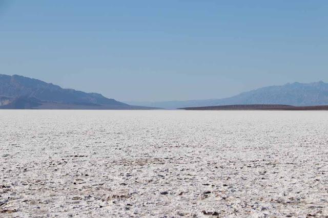 Badwater Basinin suolatasanko lähes 100 metriä merenpinnan alapuolella