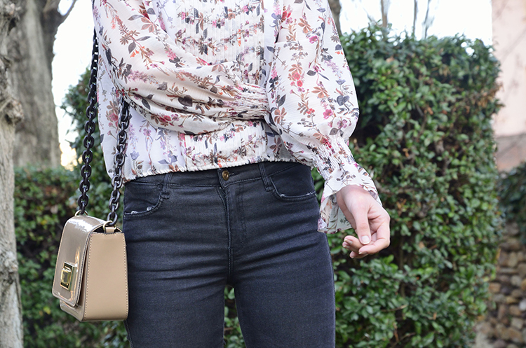 blusa_estampado_flores_transparencias_jeans_mocasines_charol_trends_gallery_blogger_look_outfit