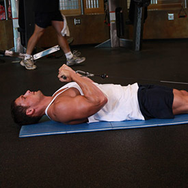تمرين السحب بالكيبل لعضلة البايسبس في وضع استلقاء كامل lying cable curl