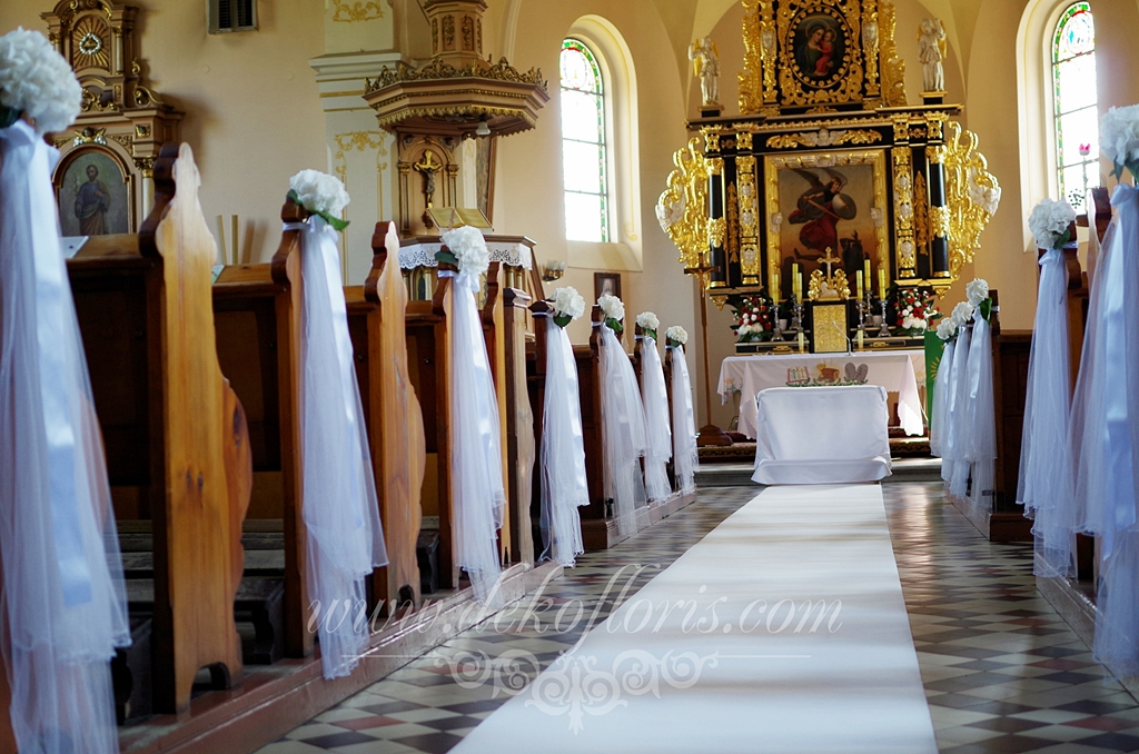 Ślubna dekoracja kościoła Kotulin opolskie - biała i czerwona