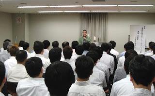 講演会講師・三遊亭楽春の笑いに学ぶメンタルヘルス講演会の風景。