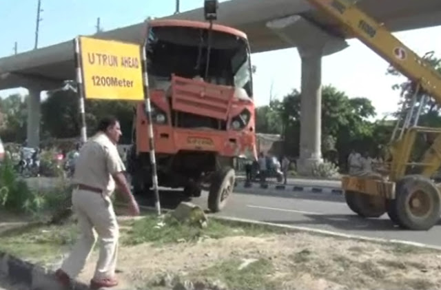 bus-turn-on-divider-at-national-highway-near-magpie-tourist-faridabad