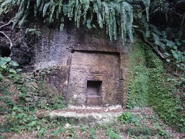 前川樋川と前川民間防空壕の岩壁にあった御墓の写真