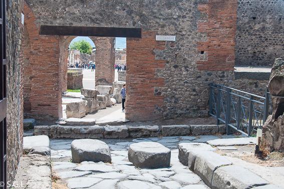 Calzada y paso en Pompeya, ruinas de la ciudad romana