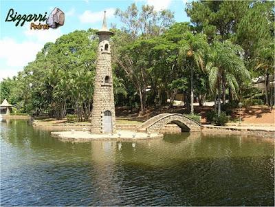 Construção de ponte com pedra paralelepípedo no lago.