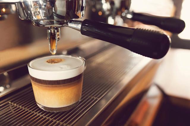 """Espresso được người Italy sáng chế ra vào năm 1884. Trong tiếng Ý, Espresso là """"express"""", nghĩa là cà phê có thể được phục vụ cho khách hàng ngay lập tức.    Loại cà phê này được pha ở áp suất rất cao. Chuẩn mực nhất là pha bằng một loại máy do người Italy phát minh. Máy có một ống xoắn bằng đồng. Khi nước được bơm vào, hệ thống ống đồng sẽ đun nước nóng thật nhanh đến mức trên 90, dưới 100 độ C. Áp lực đẩy nước chảy nhanh qua bột cà phê được nén chặt trong một cái lọc và đổ thẳng ra cốc chỉ trong khoảng 25 đến 30 giây. Trên mặt cà phê phải có một lớp bọt màu nâu vàng gọi là crema, là tiêu chuẩn để đánh giá xem tách Espresso có ngon hay không."""