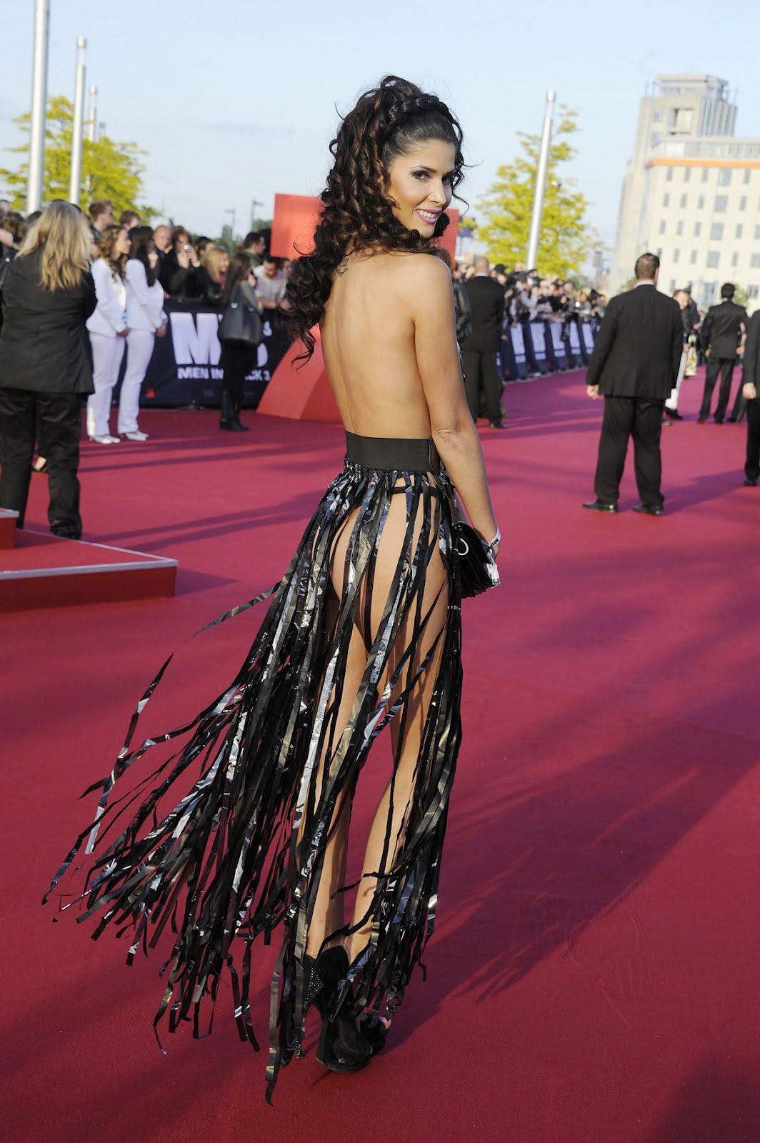 Micaela Schaefer Flaunts Boobs, Butt @ Men In Black 3