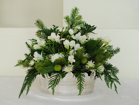 Christmas flower arrangements ideas christmas ideas you can certainly buy or order ready made flower arrangements however it is not too difficult to do by yourself create your own hands christmas flower solutioingenieria Gallery