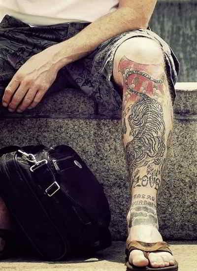 tatuaje de tigre en la pierna de un hombre
