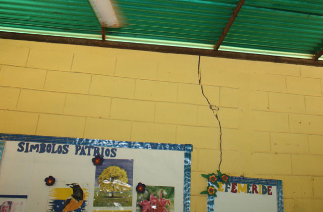 escuela-de-saltanejo-con-paredes-agrietadas