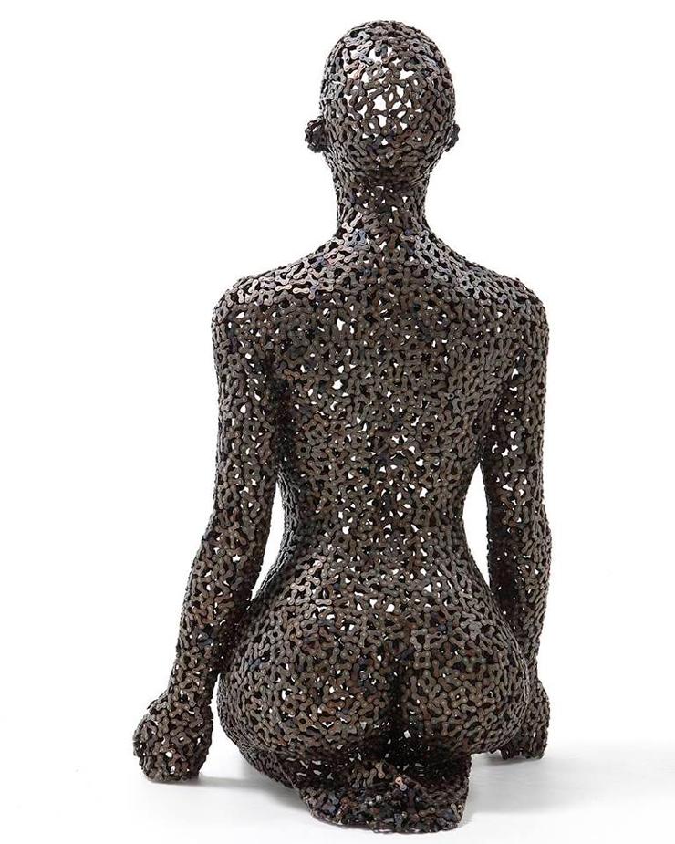 Стальная скульптура женщины