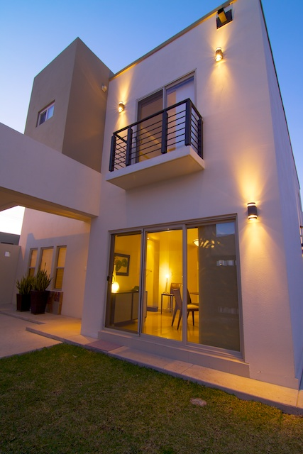 Fachadas de casas modernas lujosa fachada contempor nea y for Fachadas exteriores de casas modernas