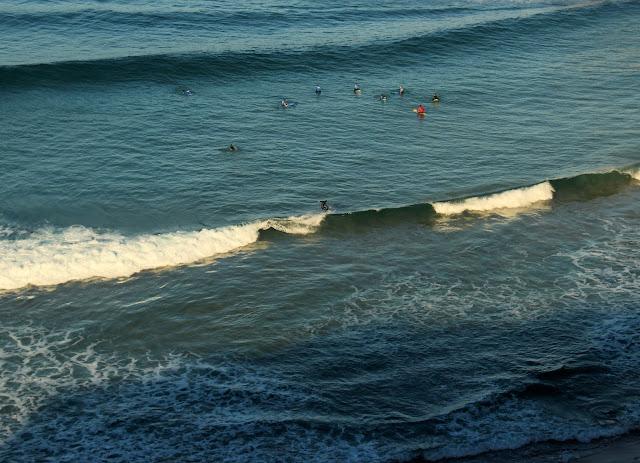 Surfistas en la playa de los Locos