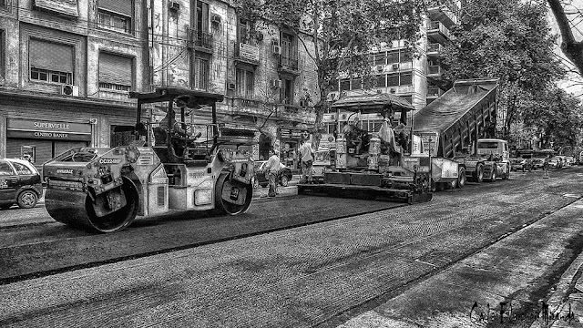 Hombres fresando la avda.Santa Fe, Buenos Aires,Argentina.