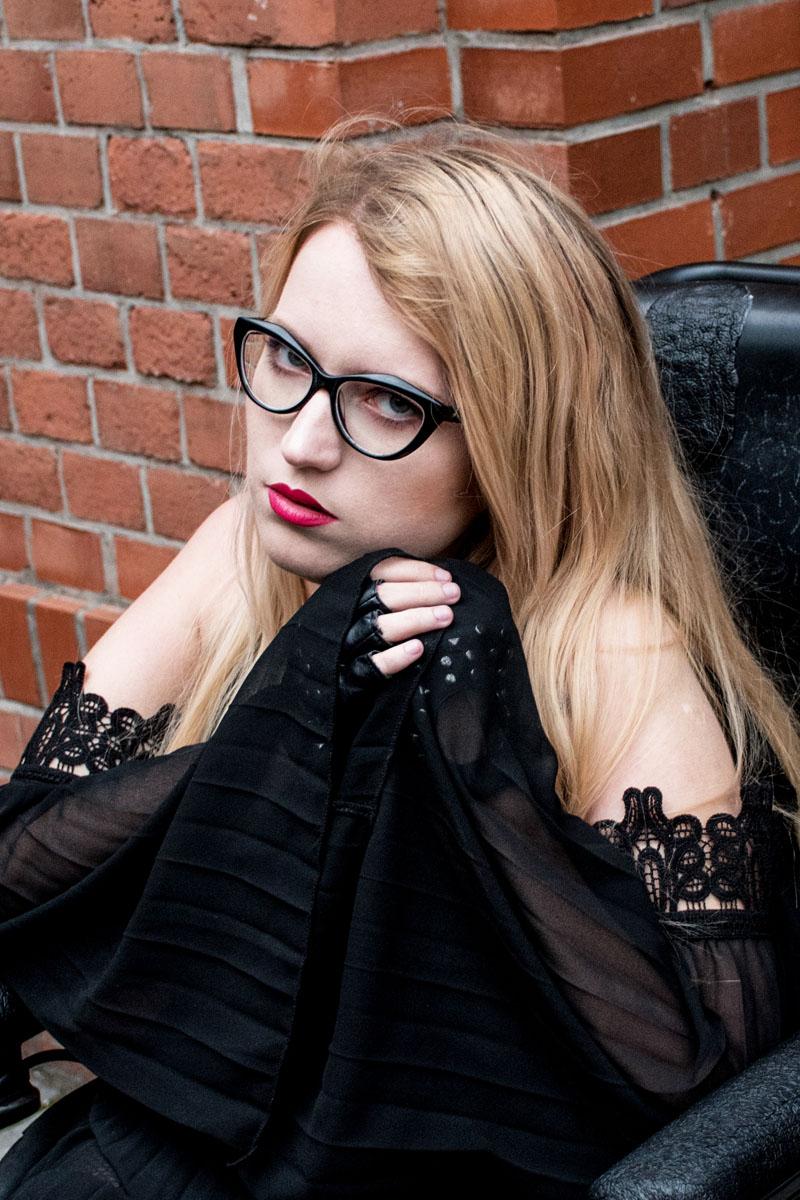 sukienka cold shoulder czarna blog