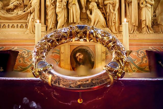 Η λειψανοθήκη του Ακάνθινου Στέφανου του Χριστού, έργο του Pascal Lemaître (1806). https://leipsanothiki.blogspot.com/