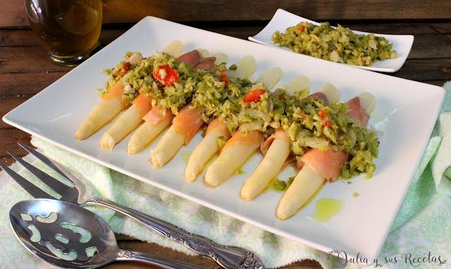 Ensalada de espárragos con salmón y vinagreta de encurtidos. Julia y sus recetas