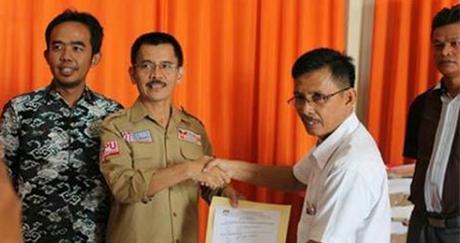 KPU Padang Serahkan Bahan Kampanye Kepada Tim Penghubung Pasangan Calon