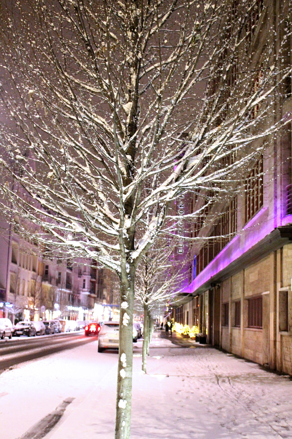 Snow outside the Ellington Hotel in Berlin - travel & lifestyle blog