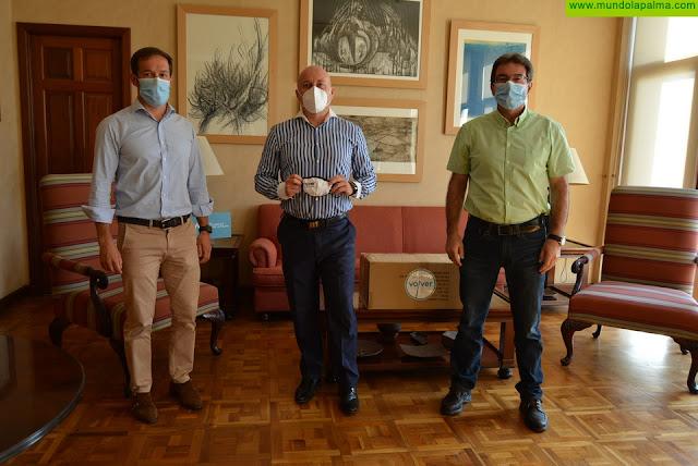 El Cabildo se compromete con el medio ambiente y distribuye mascarillas reutilizables para la protección ante el coronavirus