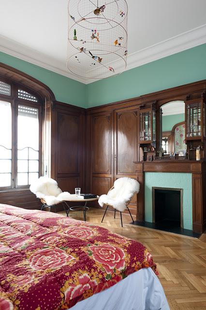 chambre avec boiseries modernisée par une peinture vert émeraude