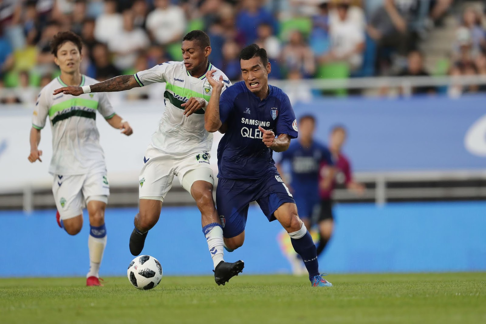 Suwon Bluewings' Cho Wonhee and Jeonbuk Hyundai Motors' Ricardo Lopes