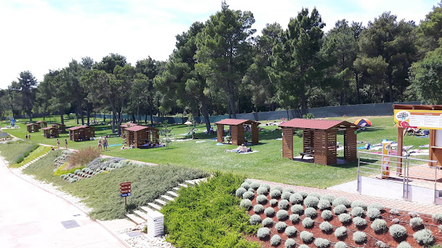 Picknick-Bänke im Wasserpark Istralandia