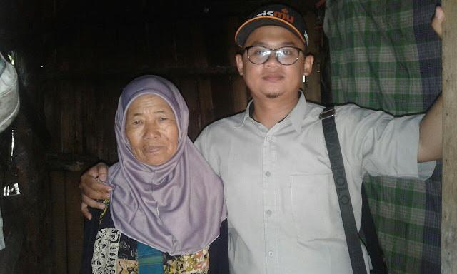 Kamiludin dari Lazismu Jember bersama Nenek Ria