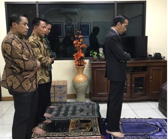 Jokowi Posting Foto Sholat Magrib, Netizen Fokus ke Jam Dinding: Kok Sholat Maghrib Jam 12?