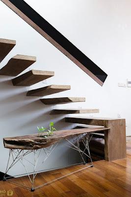 nội thất đẹp với  bậc thang gỗ toàn khối