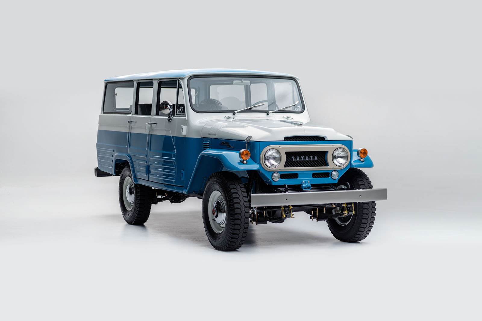 the fj company did a beautiful job on this classic toyota land cruiser 60 pics carscoops. Black Bedroom Furniture Sets. Home Design Ideas