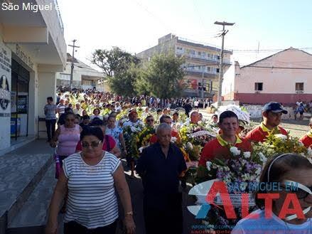 Multidão dá o último adeus ao fundador do Café Santa Clara em São Miguel