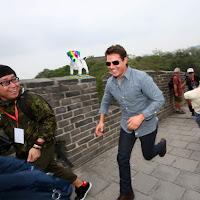 Fotografía de El perro arcoíris sonríe en Cice posando con Tom Cruise en la muralla china