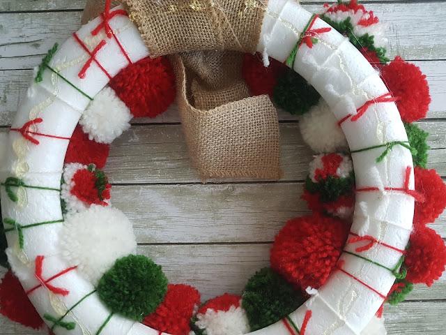 Corona de pompones DIY de Navidad