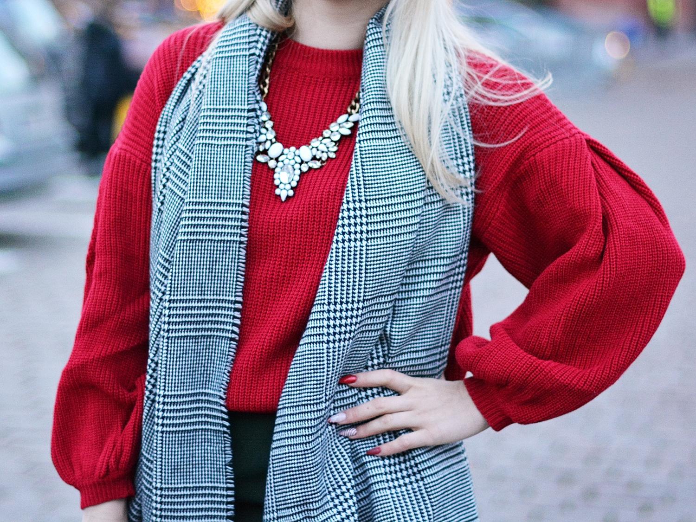 czerwony sweter szerokie rękawy