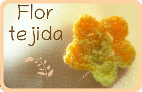 Flor tejida con ganchillo