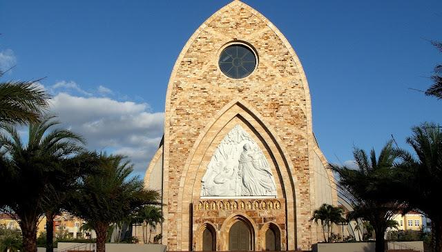 Portada en la moderna catedral de Ave Maria con la escultura de Marton Varo