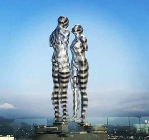 قصة عشق .. كل يوم في السابعة مساءً يتحرك هذان التمثالان يتعانقان ثم ينفصلان