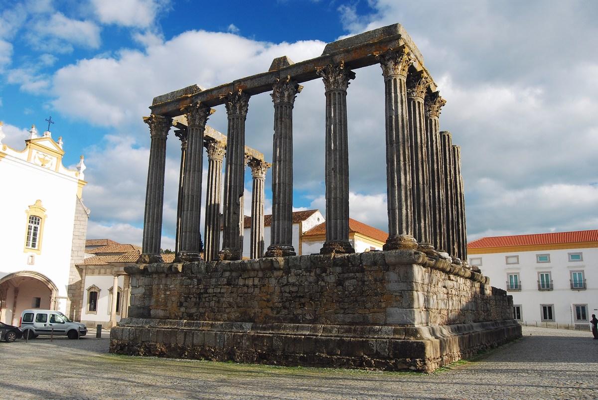 le temple romain de la ville