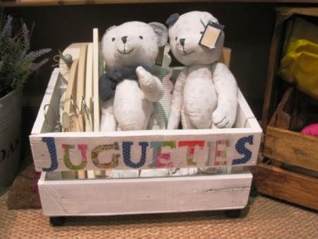 Caja madera blanca tipo palé, con ruedas, para los juguetes