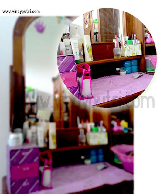 Cosmetics Organized pada Meja Rias.