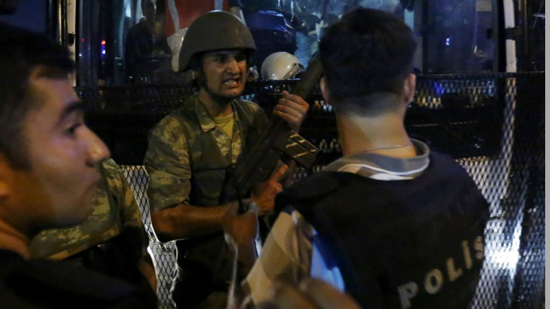 Tentara Turki memegang senjata saat kudeta militer