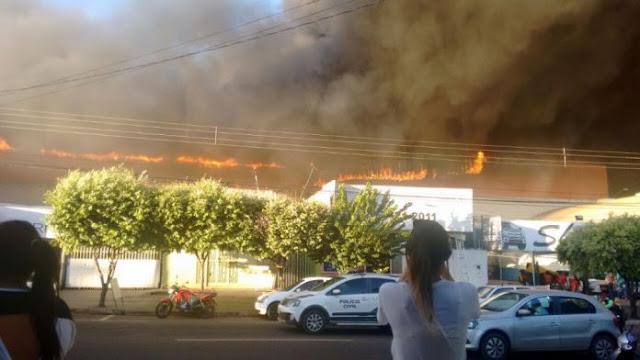 Fogo em solda de depósito incendeia Atacadão de Rondonópolis