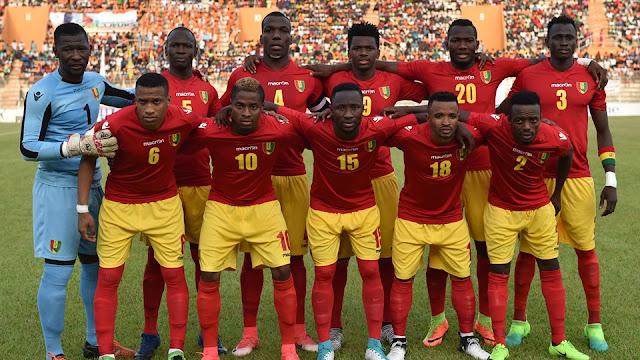 La selección de futbol de Guinea posa antes del juego donde derrotó a Libia en las eliminatorias africanas Rusia 2018