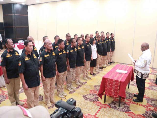 Klemen Tinal Lantik Pengurus Forum Sekda Kabupaten dan Kota Se–Papua