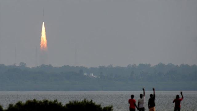 La India lanza con éxito 31 satélites en un solo cohete