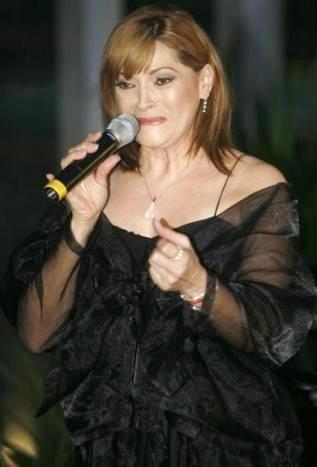 Foto de Rocío Banquells cantando en el escenario